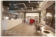 유앤아이피부과 왕십리점 유앤아이피부과 인테리어/병원인테리어. *기획_(주)엠디스페이스/차승희실장 02)3... Healthcare Design, Office Decor, Clinic, Health Care, Conference Room, Architecture, Table, Furniture, Lighting