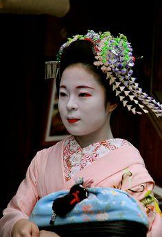 Japanese maiko Japanese Geisha, Japanese Beauty, Kyoto, Madame Butterfly, Japan Art, Japanese Culture, Beautiful People, Tumblr, Cherry Blossoms