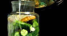 Csak csapvizet ne! A víz szűrt vagy forralt, és mindenképpen lehűtött legyen. Ne tartalmazzon klórt és fluoridot. Ha forró vízbe helyezzük az előkészített alapanyagot, azzal kipusztíthatjuk a folyamatban kulcsszerepet játszó baktériumokat, és így sikertelen lesz a fermentálás Pickles, Cucumber, Sport, Food, Deporte, Sports, Essen, Meals, Pickle