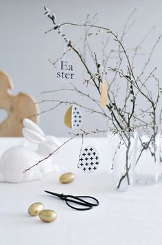Osteranhänger in Schwarz-Weiss + free printable (Diy Paper Decorations) Hoppy Easter, Easter Bunny, Easter Eggs, Easter 2018, Traditional Christmas Tree, Diy Ostern, Easter Tree, Idee Diy, Easter Celebration