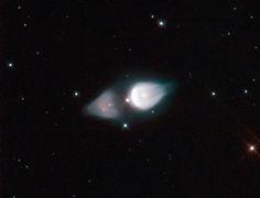 Nebulosa de la Huella (IRAS 19343+2926; M1-92). Es una nebulosa planetaria que se halla en la dirección de la constelación del Cisne. Es una  nebulosa bipolar con forma de dos lóbulos de material que emana de una estrella central.