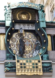 The clock is actually a bridge that connects two buildings. It was built between 1911 and 1914 according to the plans of Art Nouveau painter Franz Matsch. Old Clocks, Antique Clocks, Sistema Solar, Art Nouveau, Unusual Clocks, Vienna Secession, As Time Goes By, Jolie Photo, Oclock