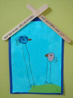 Wat ben ik een geluksvogel met een papa zoals jij. Eerst stempelen met je wijsvinger het lichaam van de kleine geluksvogel. Dan met de duim een afdruk maken voor de vader vogel. Ik had de tekst in spiegelbeeld afgedrukt en toen 'blind' op de stokjes geplakt. De kinderen mochten zelf de letters tevoorschijn toveren, door met een vochtig doekje het papier eraf te wrijven... Presents For Dad, Diy Presents, Diy For Kids, Gifts For Kids, Papa Baby, Kids Class, Fathers Day Crafts, Baby Crafts, Craft Projects