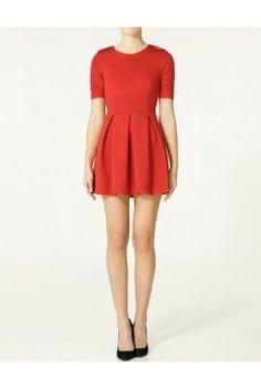 Vestido corto de algodón, mangas ajustadas con jaretas en los hombros, talle ajustado, tablones ligeros caidos en el largo de el vestido.