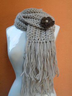 cachecol lã paratapete em trico c/ flor em croche c/ miolo de botão www.facebook.com/artesdairis