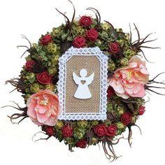 Angyalkás koszorú – bordó/barack Floral Wreath, Wreaths, Home Decor, Decoration Home, Room Decor, Bouquet, Flower Band, Interior Decorating, Floral Arrangements