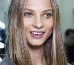blond-fonce-cendre-coiffure-asymetrique-blouse-grise