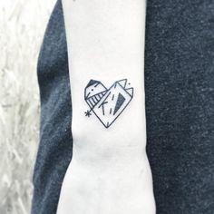 ✖️km✖️ . . . #타투 #그림 #아트 #그림타투 #디자인 #일러스트 #블랙 #블랙타투 #tattoo #design #greemtattoo #draw  #blackink #ink #tattooart #illustration #black #blackwork #라인타투 #하트타투 #linetattoo (Galaxy Tattoo III에서)