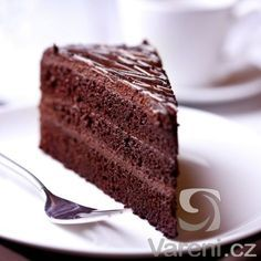 With just two ingredients, Betty Crocker cake mix and a can of soda, you can make this simple low-calorie cake. Root beer and chocolate cake mix are used, but you can try different variations by mixing up the cake mix and soda flavors. Healthy Vegan Dessert, Cake Vegan, Sour Cream Chocolate Cake, Dark Chocolate Cakes, Chocolate Frosting, Cream Cake, Gluten Free Chocolate, Vegan Chocolate, Chocolate Ganache