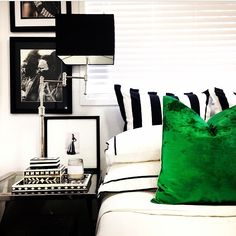 Bedroom green black white home decor 34 Ideas Green Rooms, Blue And Green Living Room, Bedroom Interior, Living Room Green, Green And White Bedroom, Black And White Living Room, Bedroom Decor, Bedroom Green, Emerald Green Living Room