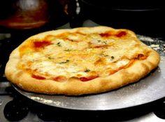 Receita de Massa de Pizza - massa macia, acetinada, mas firme, cerca de 8 minutos. Para fazer na batedeira planetária, junte o fermento, o açúcar e a água na tigela e deixe...
