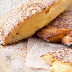 Lewer 4 Jy benodig: 150 ml melk 2 eiergele 20 g koekmeel 60 g suiker 5 ml vanielje geursel 8 snye witbrood botter, vir smeer kaneelsuiker Klits 4 eetlepels van melk met die eiergele. South African Dishes, South African Recipes, Kos, Ma Baker, Beignets, Melktert, Biscuits, No Bake Treats, C'est Bon