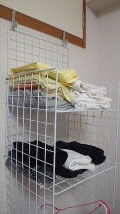 家中のデッドスペース有効活用に、ワイヤーネットを使ってみませんか?使えるアイディアを集めてみましたので、参考にしてみてくださいね。 Muji Storage, Wire Storage, Diy Kitchen Storage, Storage Hacks, Craft Storage, Wardrobe Organisation, Home Organization, Bedroom Closet Storage, Shelf Furniture