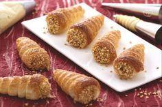 I cannoncini di sfoglia alla crema pasticcera sono dei classici della pasticceria: croccante guscio ripieno di morbida crema e decorati con granella!