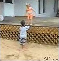 """純粋無垢であるゆえに、時にとんでもないことをしでかす子供を前に親たちは頭を抱える。他人の子だからこそ笑って見られる""""子供のおもしろ画像21連発""""をご紹介!! 1.赤ちゃん時代限定のスポンジのような柔軟性 2.子供はときに悪魔と化す 3.子供はどこにでも引っかかる 4.親にベッタリ 5.でも親を親とも思わない"""