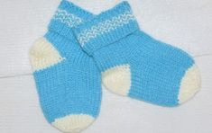 Пара вязаных носочков