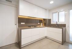 Reforma integral de un piso situado en la zona de Sarrià de Barcelona. El leit motiv? Las líneas rectas, la madera, el blanco y gris. #Cocina