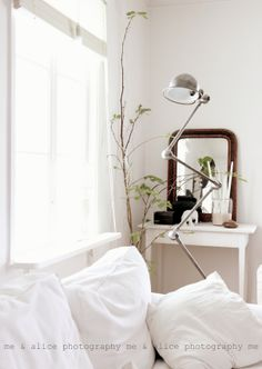 Scandinavian vintage: white and natural color scheme in a cozy bedroom. via me and Alice: happy f White Rooms, White Walls, Cozy Bedroom, Dream Bedroom, Modern Scandinavian Interior, Lets Stay Home, Industrial House, Industrial Chic, Cozy Corner