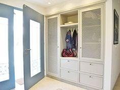 ארון מעילים לנישה Home Staging, House Entrance, Entrance Doors, Nordic Design, Apartment Design, Closet Organization, Furniture Projects, Built Ins, Mudroom