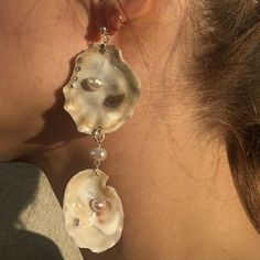 For example, every woman needs an LBD (little black dress), and a pair of pearl earrings. Pearl earrings have the wonderful ability of bein… Piercings, Aphrodite, Bling Bling, Jewelry Accessories, Jewelry Design, Jewelry Ideas, Fashion Accessories, Pearl Earrings, Drop Earrings