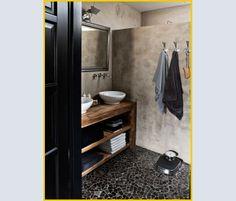 Nel BAGNO, pareti trattate con una finitura simile al tadelakt marocchino, mescola di CALCE E PIGMENTI naturali (un effetto simile si può ottenere con il nuovo Microtopping di Ideal Work, impermeabile