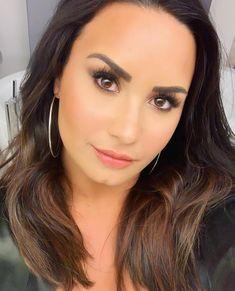 - Demi Lovato - Here's a basic bitch bathroom selfie 🤷🏻♀️. Medium Short Haircuts, Hot Haircuts, Bob Hairstyles With Bangs, Long Bob Haircuts, Hairstyles For Round Faces, Medium Hair Cuts, Latest Hairstyles, Nicole Scherzinger, Sam Smith