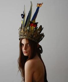 Feather and butterfly crown, Halloween costume DIY inspiration. Feather Crown, Feather Headpiece, Feather Hair, Flower Headpiece, Tiaras And Crowns, Headgear, Moncler, Jewlery, Jewellery Box