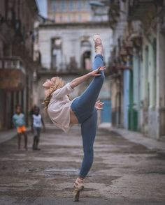 Yoga Clothes : Photographer Omar Robles traveled to Cuba to capture ballet dancers practicing on the streets — and it's nothing short of spectacular… Art Ballet, Ballet Dancers, Ballerinas, Dance Tips, Dance Poses, Ballet Photography, Photography Poses, Tumblr Ballet, Belly Dancing Classes