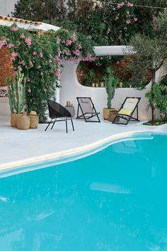 Des paniers déco pour accueillir des plantes près de la piscine