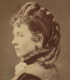 Women Hairstyles Shoulder Length Victorian carte de visite c showing a very elaborate hair style and a small side comb with balls Romantic Hairstyles, Ponytail Hairstyles, Vintage Hairstyles, Wedding Hairstyles, Cool Hairstyles, Blake Lively Updo, Wig Styles, Long Hair Styles, Edgy Updo