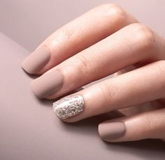 The one-step gel manicure stays on trend with nude matte nails and silver glitter accents! Now with patented dual-layer adhesive for SuperHold that stays put and stays perfect.      30 Nails, includes 6 accent nails  Short length, square shape  Prep pad, wood stick  Safe on natural nails  Hassle-free removal #NaturalNails