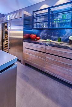 NIEUW: Tieleman Exclusief Ferro keuken by Eric Kant: met o.a. #keukendeuren en aanrechtblad van #roestvrij staal, #SubzeroWolf apparatenwand, #marmer #aanrechtblad, #olijfhout