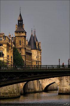 Le palais de la Cité était la résidence et le siège du pouvoir des rois de France, du Xᵉ au XIVᵉ siècle. Une partie du palais était convertie en prison d'État en 1370, après l'abandon du palais par Charles V. La prison de la conciergerie occupait le rez-de-chaussée, l'étage supérieur était réservé au Parlement. La prison était pendant la Terreur l'antichambre de la mort. Peu en sortaient libres. La reine Marie-Antoinette y fut emprisonnée en 1793.Wikipédia 2 Boulevard du Palais, 75001 Paris
