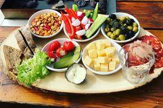 Inspiratie voor lekkere hapjes bij de borrel: onze Nederzandt borrelplank met charcuterie, crudités, boerenkaas, olijven, notenmix en peppadews met roomkaas. Voor ieder wat wils! Food Inspiration, Cobb Salad, Drinks, Drinking, Beverages, Drink, Beverage