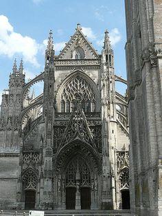 Abbaye de la Trinité de Vendôme . Centre Cathedral Architecture, Romanesque Architecture, Monuments, Trinidad, Architectural Features, France, Place Of Worship, Loire, Beautiful Buildings