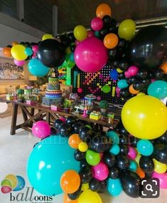 No photo description available. 80s Birthday Parties, Birthday Party Themes, 30th Birthday, Teen Parties, 90s Theme Party Decorations, 80s Theme, Party Fiesta, Glow Party, Spa Party