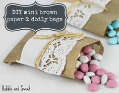 Adorna sencillas bolsas de papel con blondas para un efecto dulce y vintage / Decorate simple paper bags with doilies for a sweet vintage effect