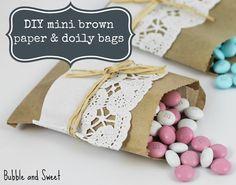 Adorna sencillas bolsas de papel con blondas para un efecto dulce y vintage / Decorate simple paper bags with doilies for a sweet vintage effect