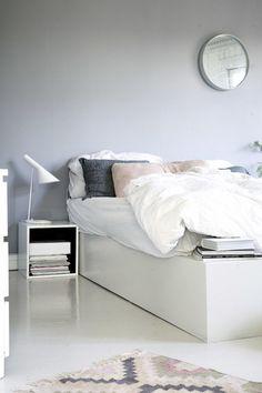 Grey walls and linen bedding in the bedroom of a charming norwegian home. Henriette Amlie Kalbekken / Designlykke.