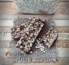 Batoane energizante cu ovaz, nuca si seminte--reteta raw vegana Healthy Snacks, Healthy Recipes, Raw Vegan, Granola, I Foods, Cake Recipes, Deserts, Food And Drink, Appetizers
