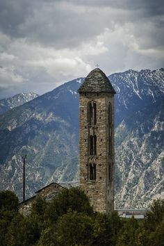Románico en vertical / The Romanesque Church and the Mountain Andorra, Place Of Worship, Romanesque, Amazing Architecture, Alps, Empire State Building, Medieval, Pyrenees, World
