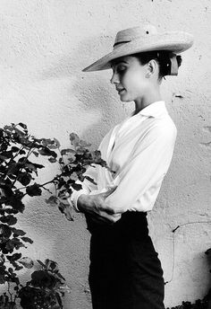 Audrey Hepburn, Photograph by Inge Morath .///// What an atmospheric photo of Audrey, love the quiet and powerful black and white, with the dark skirt, white blouse and perky hat. Divas, Style Audrey Hepburn, Audrey Hepburn Fashion, Aubrey Hepburn, Lauren Bacall, Inge Morath, Ellen Von Unwerth, Vogue, Before Us