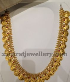 Small Kasu haram with rubiew Indian Wedding Jewelry, Indian Jewelry, Bridal Jewelry, Beaded Jewelry, Gold Earrings Designs, Gold Jewellery Design, Necklace Designs, Bollywood Jewelry, Jewelry Patterns