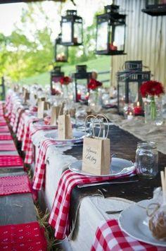 Une table ayant assurément un côté champêtre et une douce authenticité.  #red #decoration #authentic