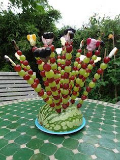 As the calendar already showed: On Thursday was the big birthday party … - Healthy Food Art Fruit Party, Snacks Für Party, Healthy Food Plate, Party Food Buffet, Food On Sticks, Fruit Decorations, Fruit Displays, Skewers, Kabobs