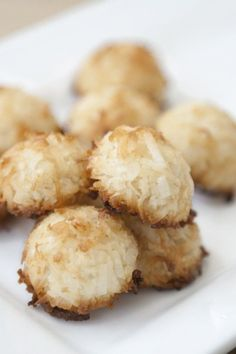 Healthy 2 Ingredient Coconut Macaroons This delicious, dairy-free coconut whip can be made in minutes. Add this vegan coconut whip to desserts and beverages. Köstliche Desserts, Gluten Free Desserts, Dessert Recipes, Snack Recipes, Healthy Desserts, Delicious Desserts, Yummy Food, Zero Lactose, Coconut Macaroons