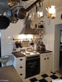 keittiö,keittiön pikkutavarat,avohylly,liesituuletin,kattilateline