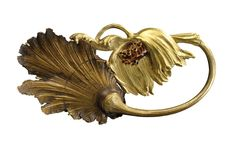 RENÉ LALIQUE - Exceptionnelle et rare broche en or jaune et patiné figurant une fleur de pavot épanouie partiellement émaillée rouge. Signée sur la tranche «Lalique», poinçons et marques de maître. Vers 1895-1900. (hva)