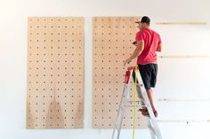 Giant Wooden Peg Board DIY This peg board wall treatment is perfect for any house! Learn how to easily build this statement piece, perfect for your living room, bedroom, or entryway! Wooden Pegboard, Wooden Pegs, Pegboard Display, Pegboard Organization, Peg Board Walls, Diy Peg Board, Peg Boards, Peg Board Shelves, Articles En Bois