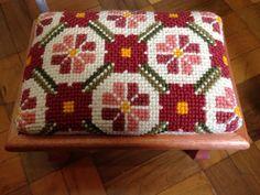 Banquinho Cross Stitch Love, Cross Stitch Designs, Cross Stitch Cushion, Green Throw Pillows, Needlepoint Pillows, Color Harmony, Bargello, Cushion Covers, Blackwork